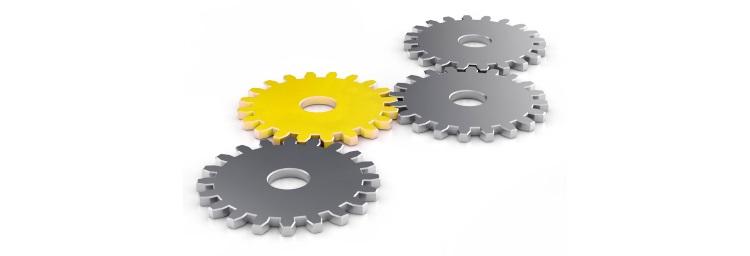 Vier Zahnräder die ineinander Greifen. 3 Zahnräder sind grau schwar, ein Zahnrad ist gelb. Mit einem Link auf die Startseite.