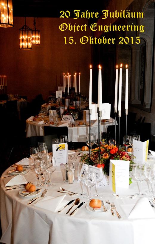 Es sind gedeckte Tische mit brennenden Kerzen auf dem Bild.